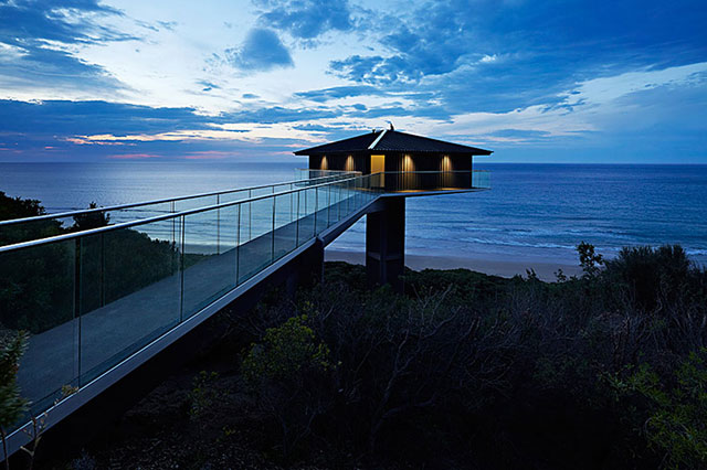 With ingenuity the architects at Australia F2 Architecture have created a luxurious home that looks like it is floating above the ocean.